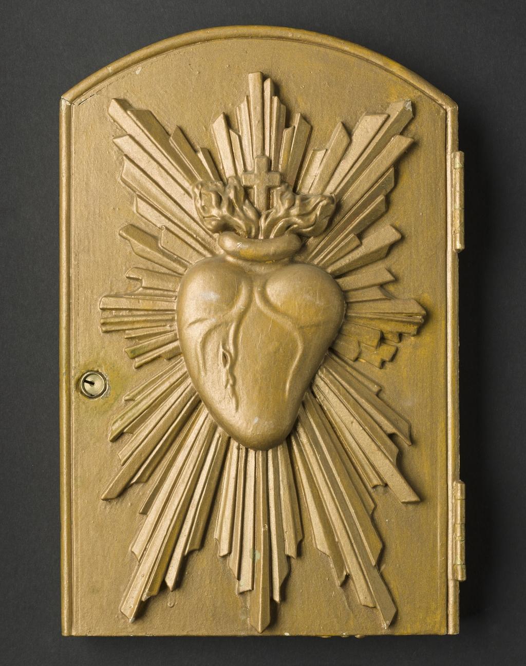 Porte de tabernacle ornée d'un coeur