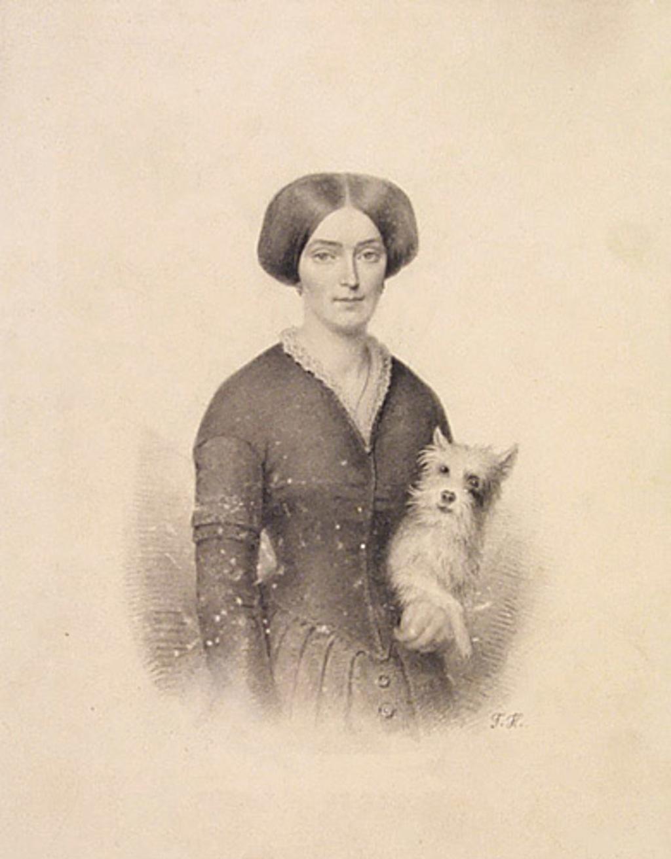 Femme tenant un chien