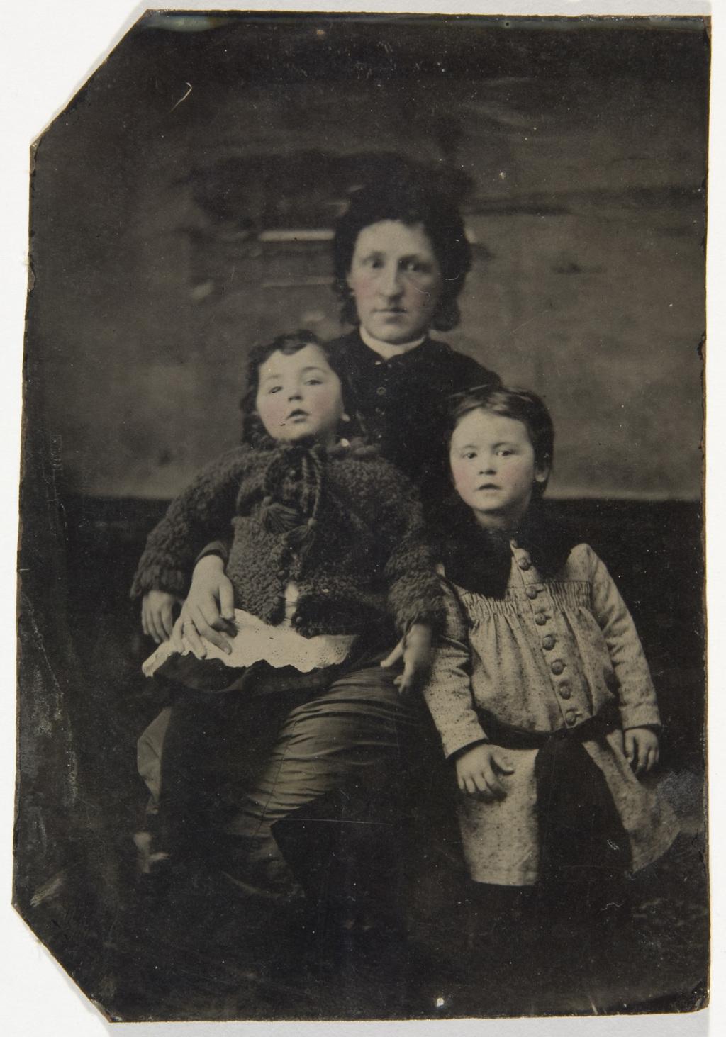 Madame Taché et ses enfants, de l'album de la famille Taché-Cimon