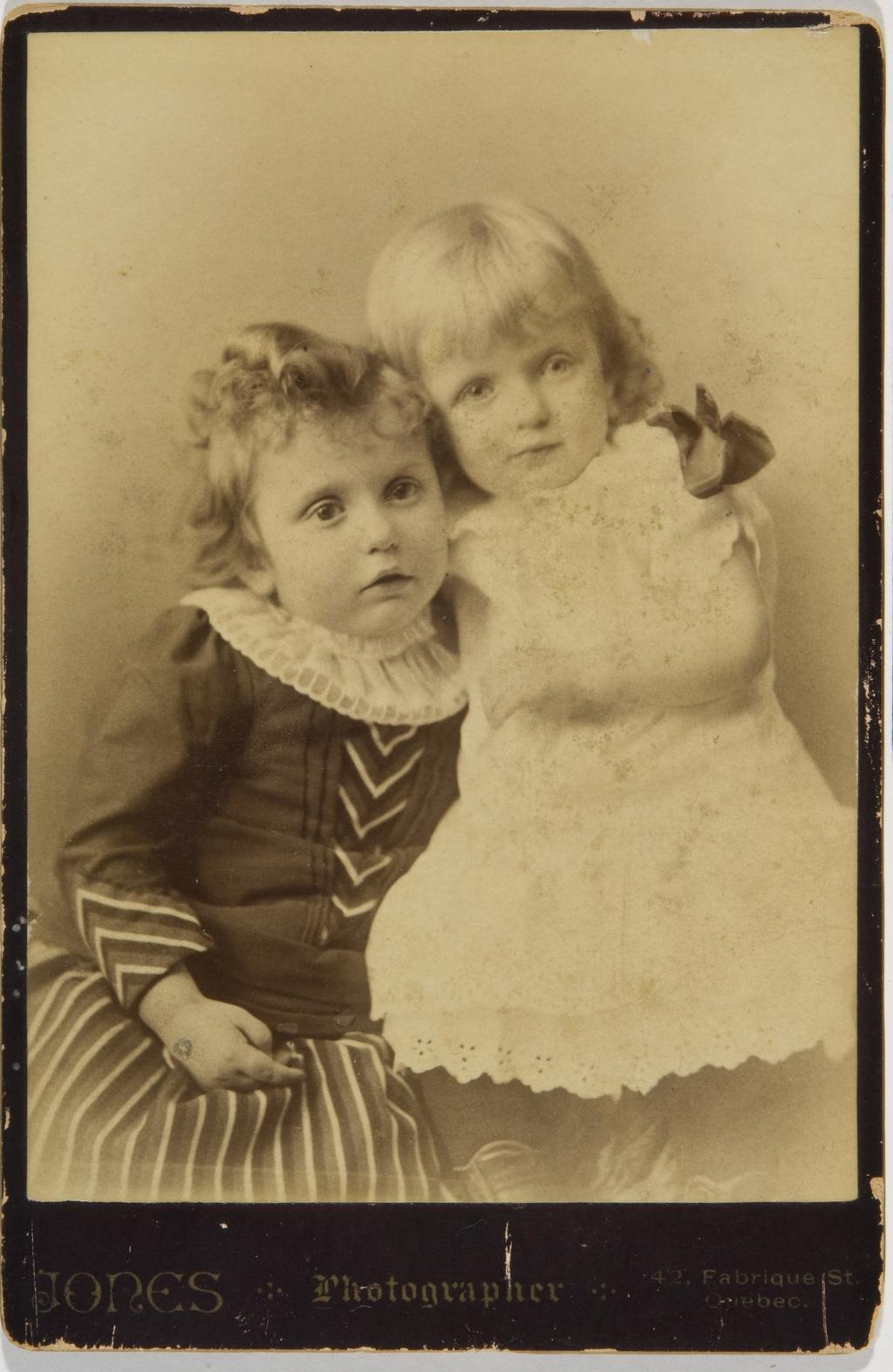 Alma et Adine Cimon, de l'album de la famille Taché-Cimon