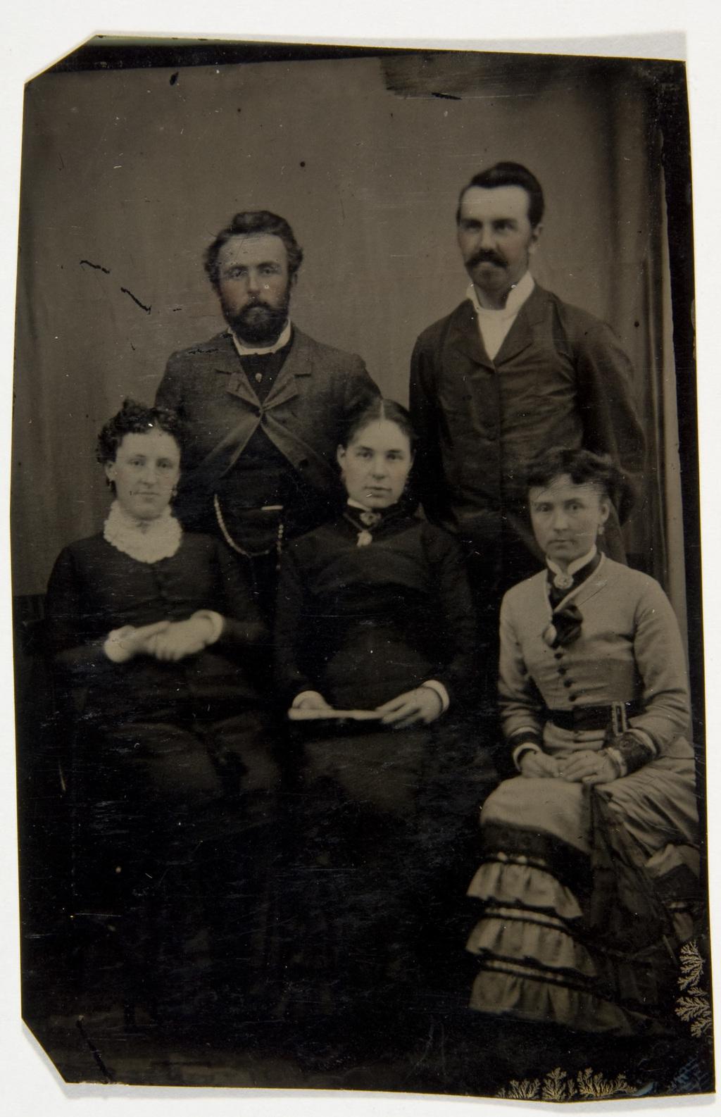 Portrait de groupe avec Pascal-Winceslas Taché et son épouse, née Luce-Henriette-Françoise Taché, de l'album de la famille Taché-Cimon