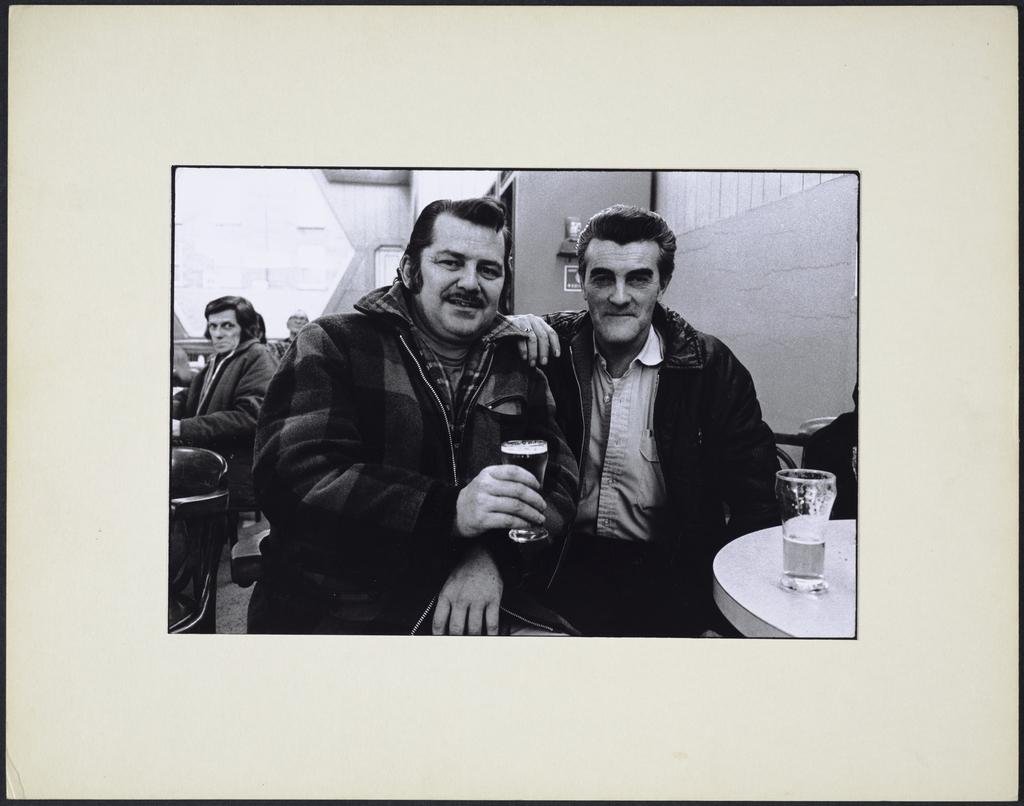 Deux gars, l'un tenant son verre, 1er décembre 1973, de la série « La Taverne »