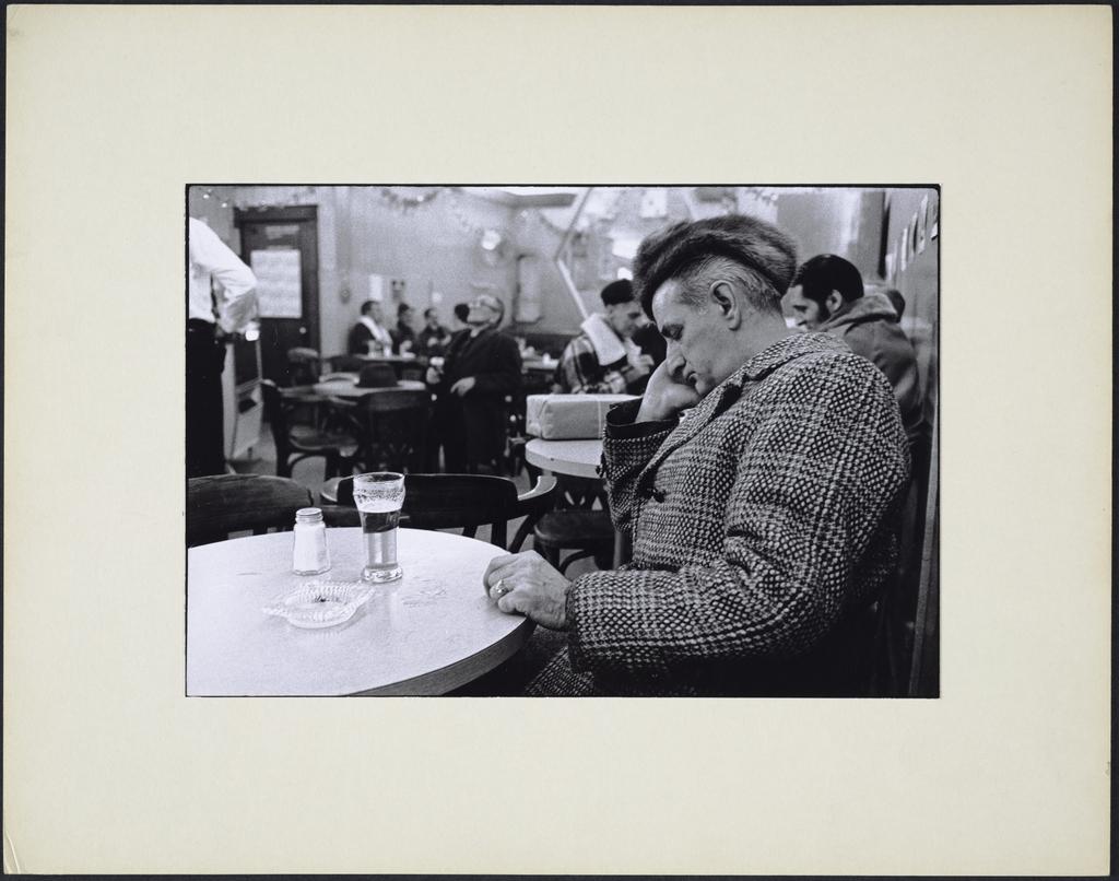 Un gars dormant, 15 décembre 1973, de la série « La Taverne »