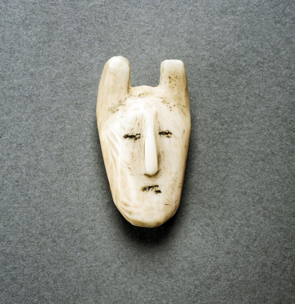 Amulette en forme de tête humaine cornue