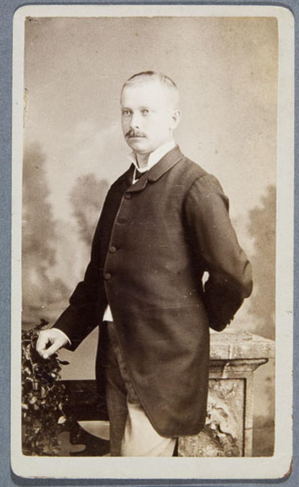Portrait d'homme, de l'album Eugène-Hamel