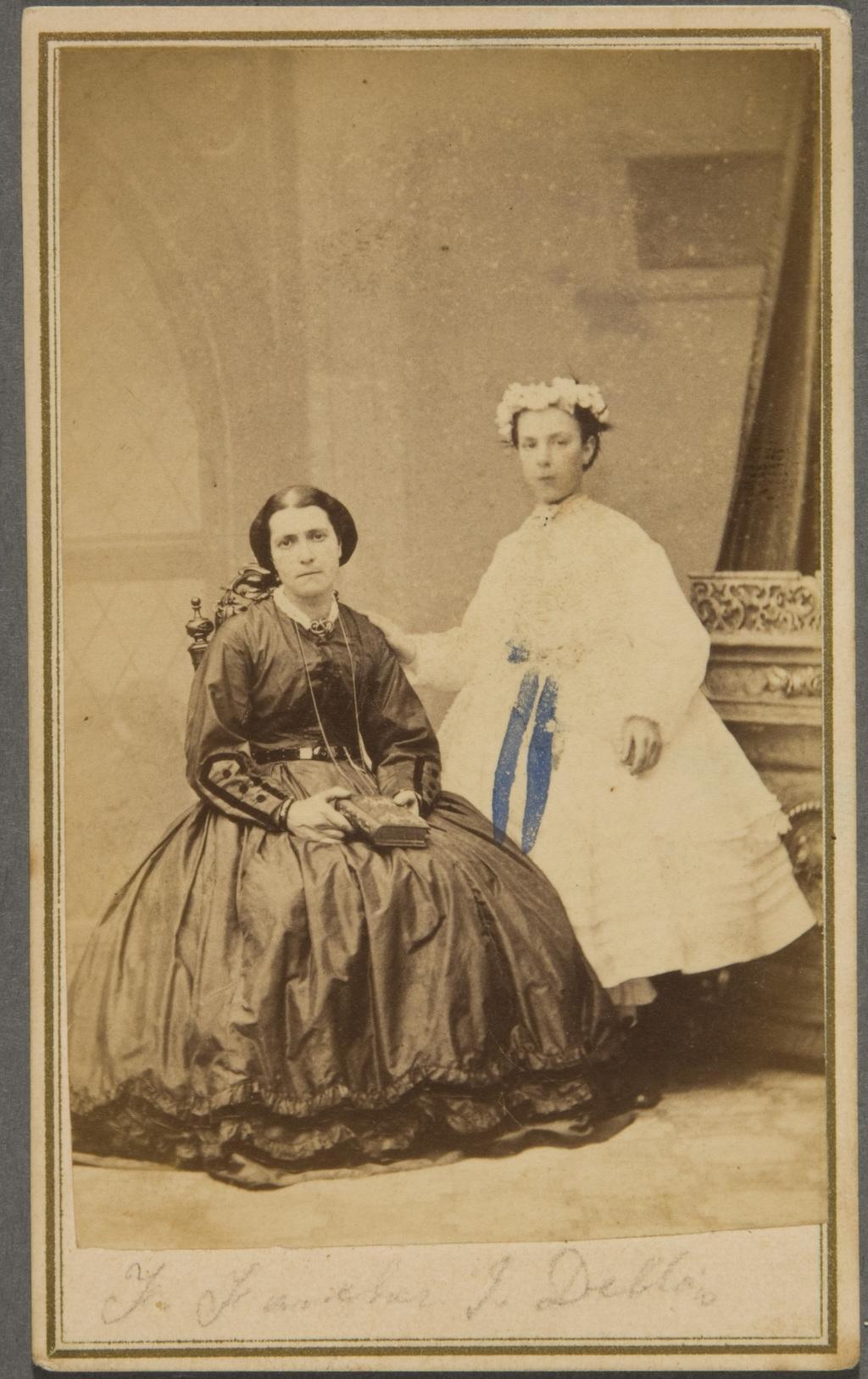 Flore-Flavie Faucher et sa nièce Mathilda De Blois en communiante
