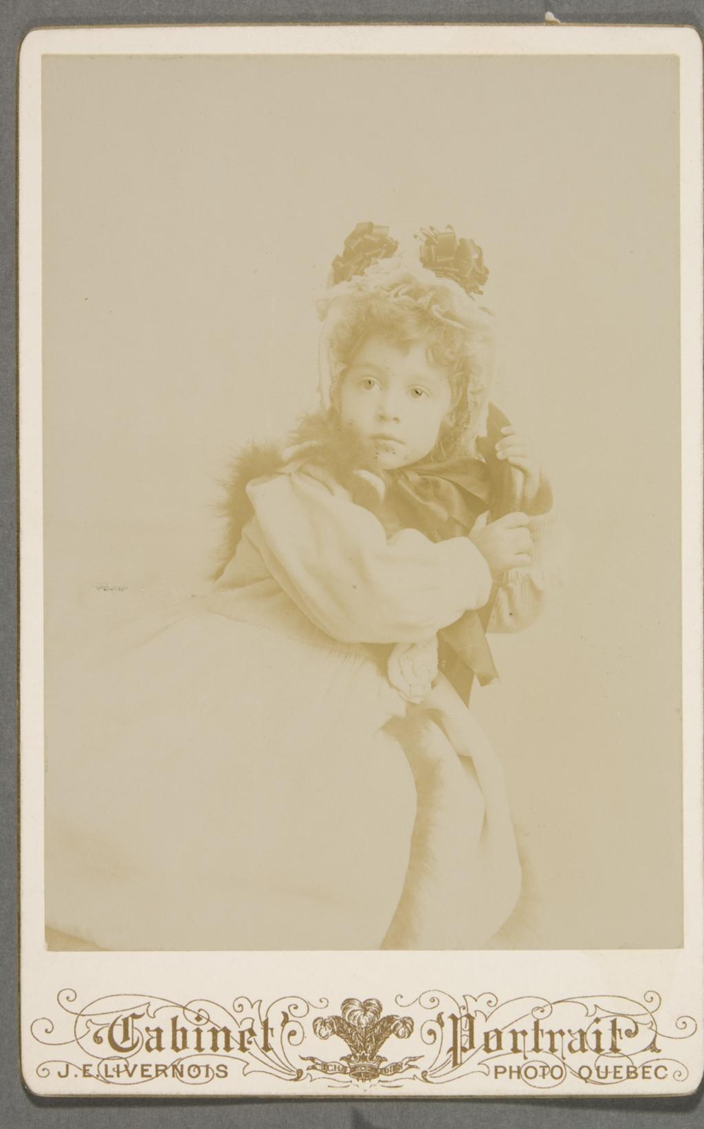 Portrait d'enfant, en costume d'hiver