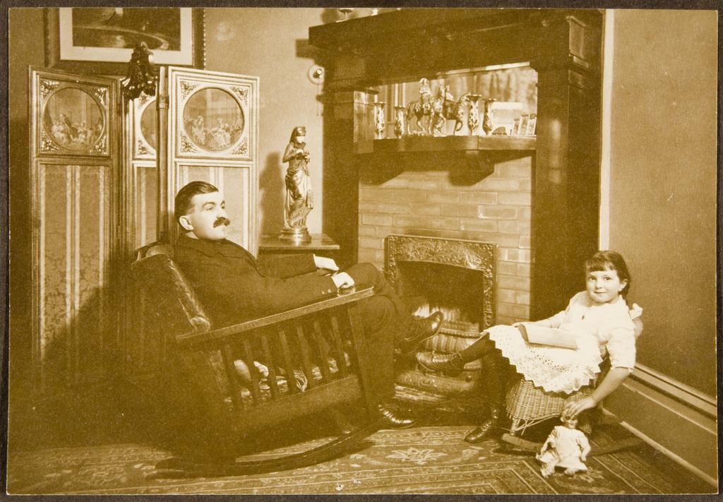 Portrait d'un homme et sa fille devant une cheminée
