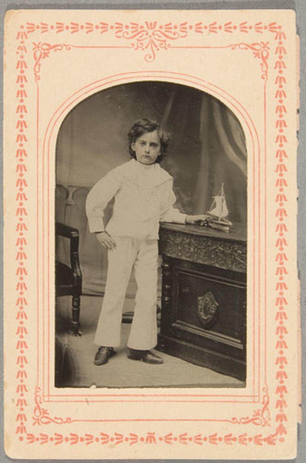 Portrait d'enfant, en costume de matelot