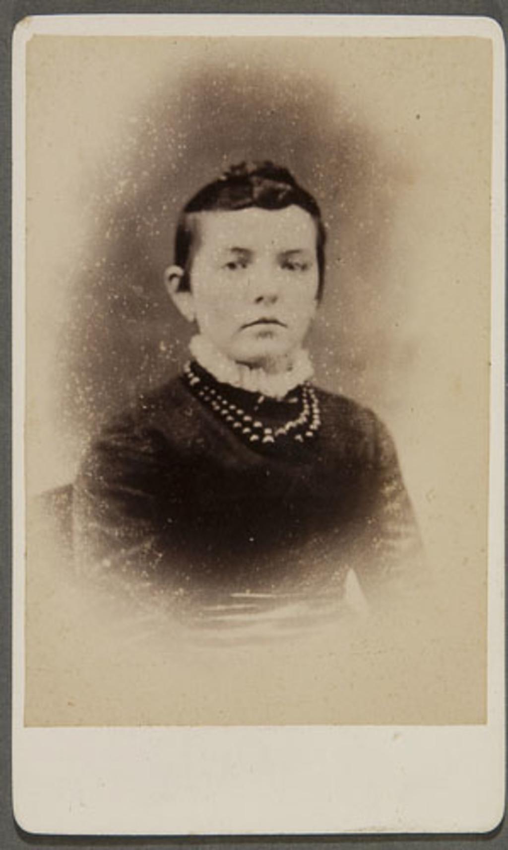 Portrait de femme. Photographie d'une photographie