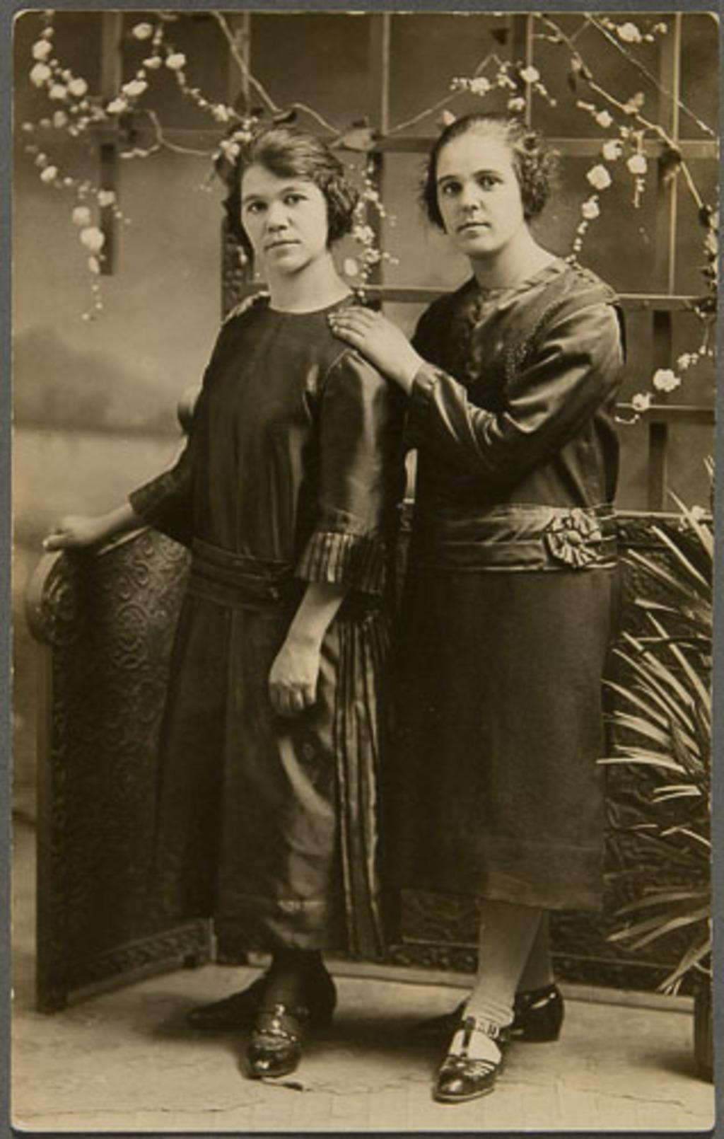 Portrait de deux femmes (soeurs?)