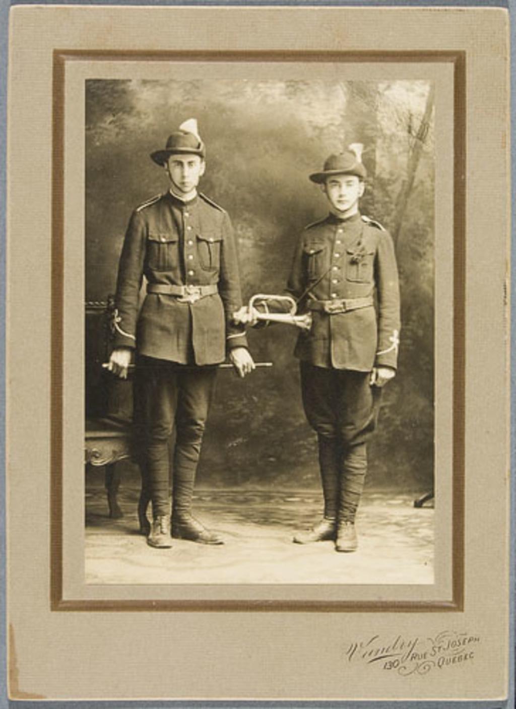 Portrait de deux hommes en costume de fanfare militaire