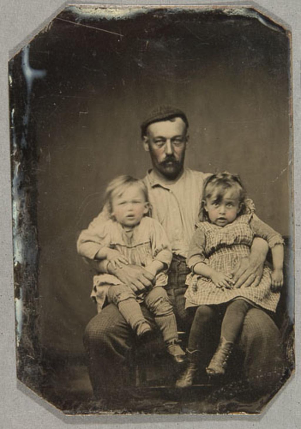 Portrait d'un homme et ses deux enfants