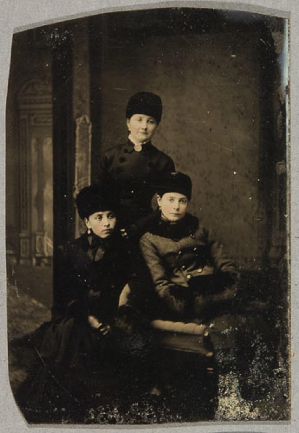Portrait de trois femmes, en costume d'hiver