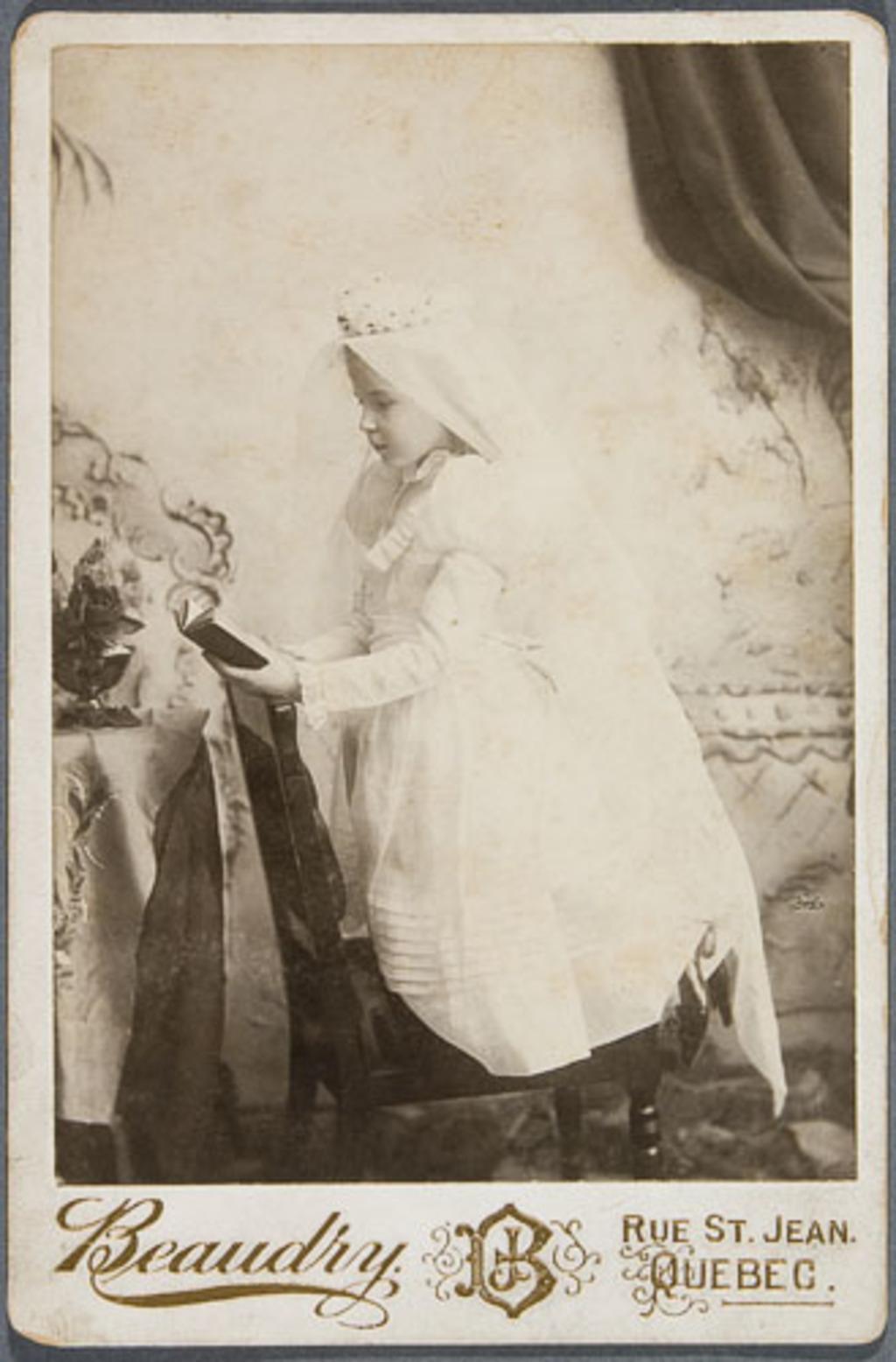 Madame Charles Simard, en communiante