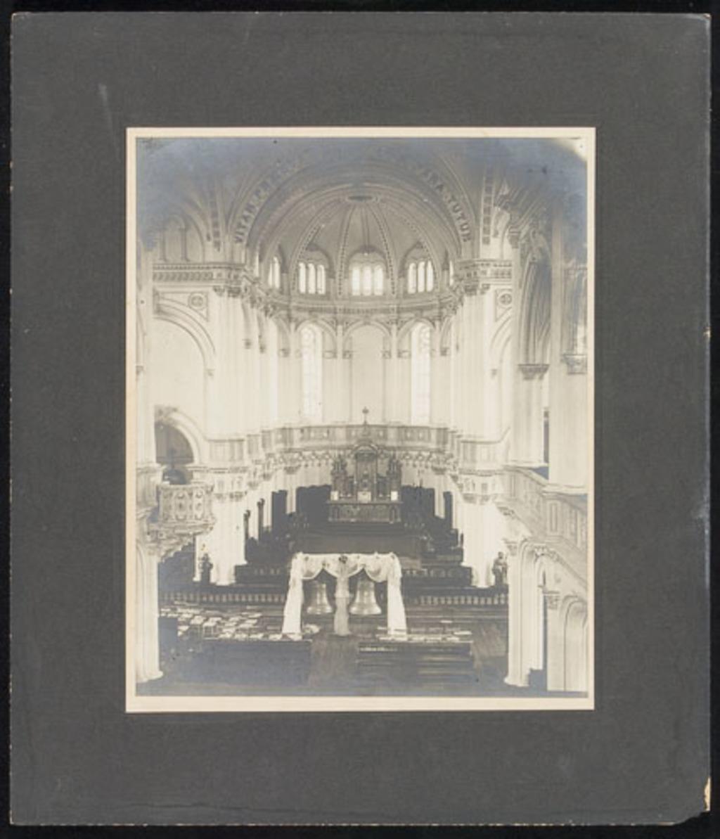 Bénédiction de cloches dans une église