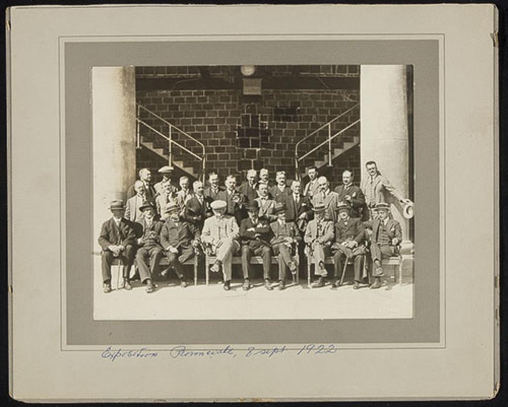 Groupe de visiteurs éminents à l'Exposition provinciale