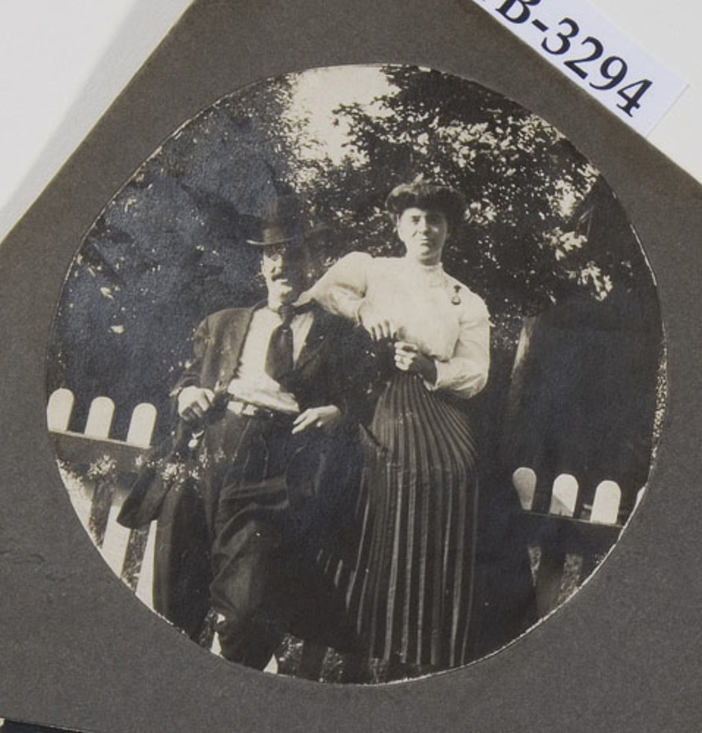 Portrait de couple, d'un album de famille amateur