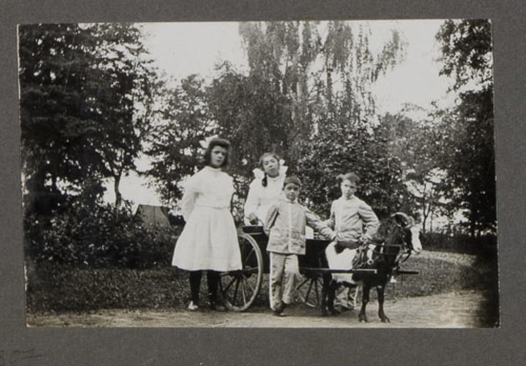 Groupe d'enfants avec un attelage de chèvres, d'un album de famille amateur