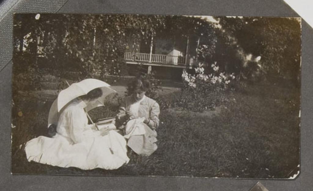 Femmes dans un jardin, d'un album de famille amateur