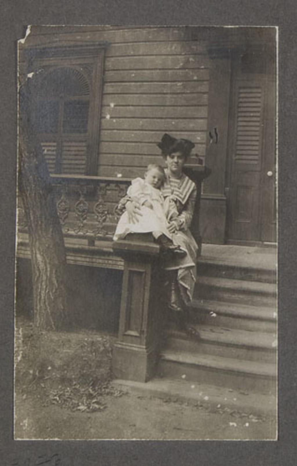 Portrait de femme et son enfant, d'un album de famille amateur