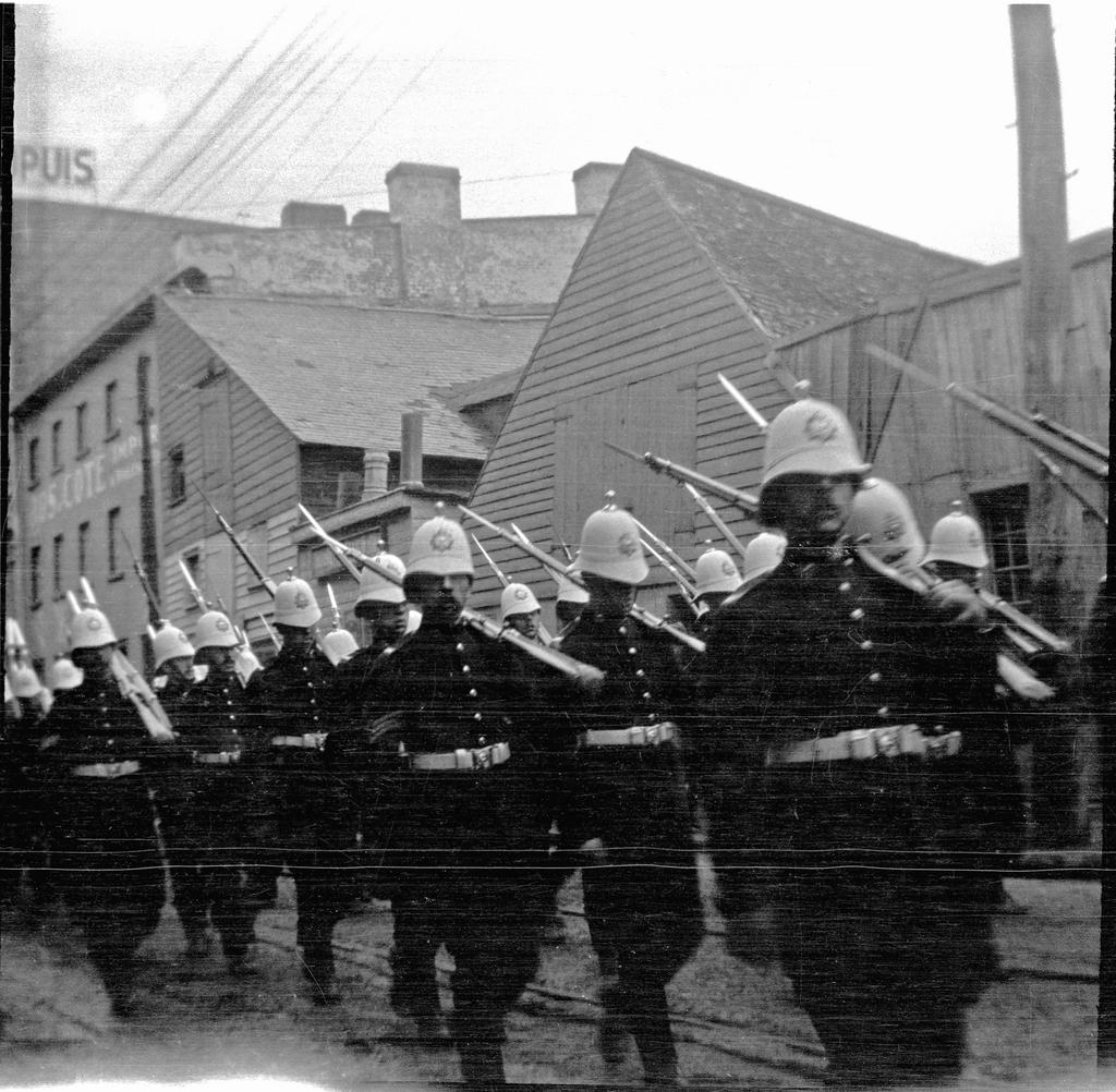 Parade militaire sur Grande Allée, tricentenaire de Québec
