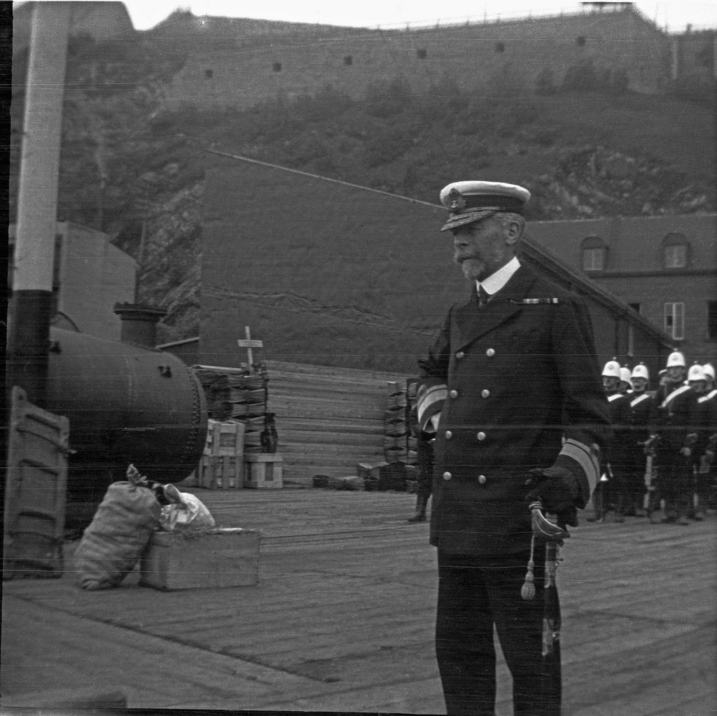 Officier de marine sur le quai, tricentenaire de Québec