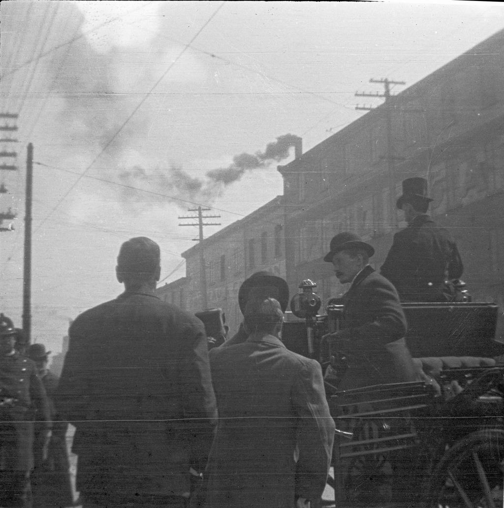 Hommes et cocher ou scène du défilé historique, tricentenaire de Québec