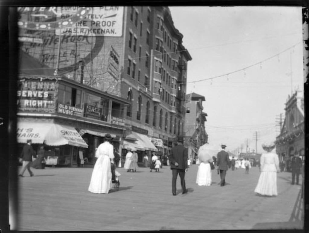 Promeneurs dans une rue d'Atlantic City
