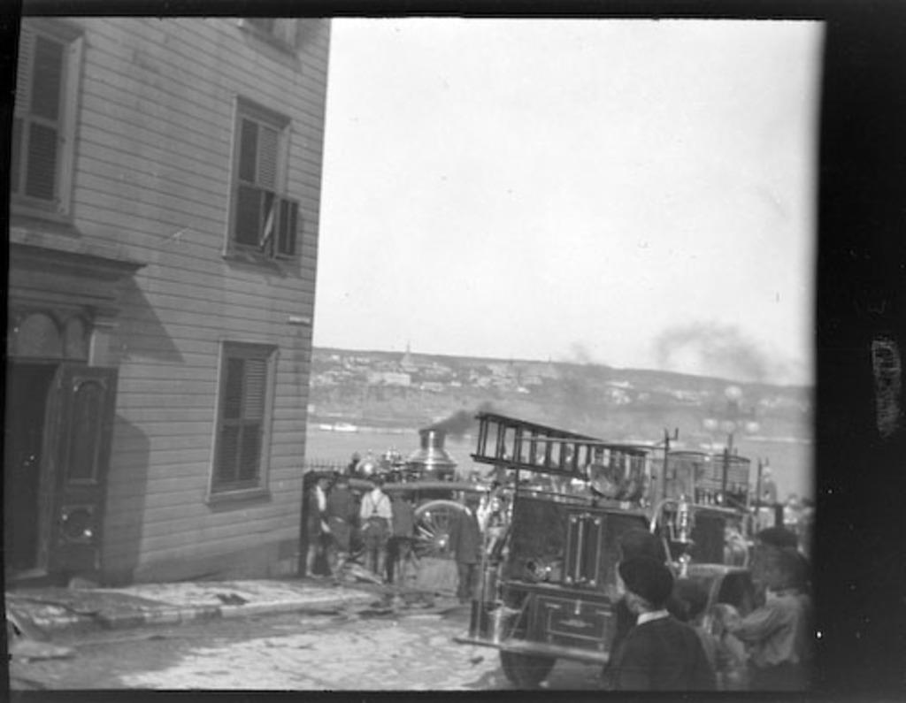 Pompe à incendie arrivant sur les lieux de l'incendie de la terrasse Dufferin, Québec