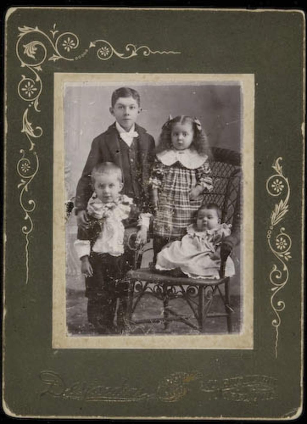 Portrait de quatre enfants