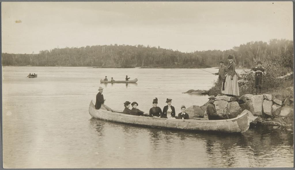 Famille dans un canot au lac Saint-Jean (?)
