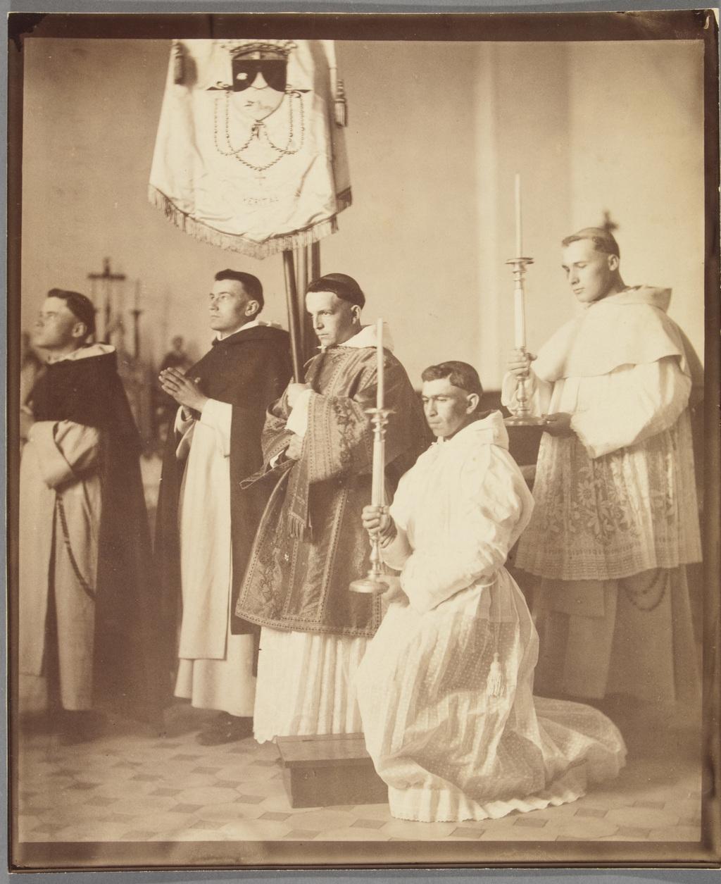 Groupe de Dominicains prenant la pose. Mise en scène de Napoléon Bourassa pour le décor de la cathédrale de Saint-Hyacinthe