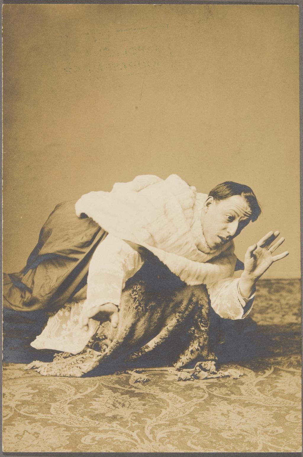 Figurant en costume liturgique prenant la pose