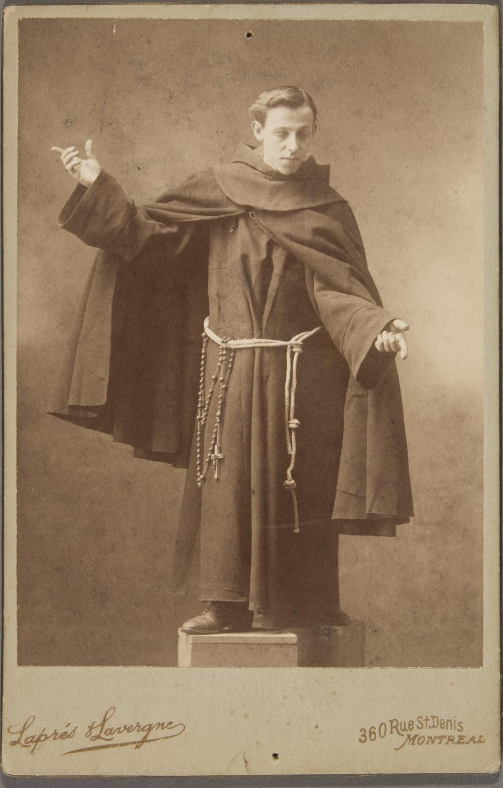 Franciscain prenant la pose