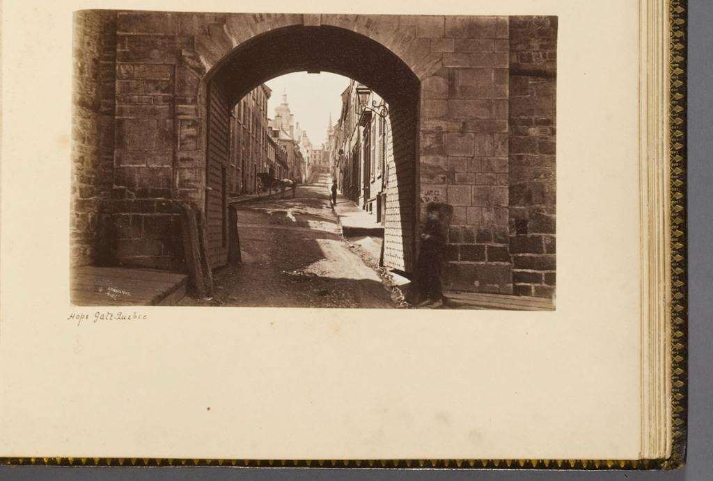 La Porte Hope et la rue Sainte-Famille, Québec, de l'album du révérend William M. Black