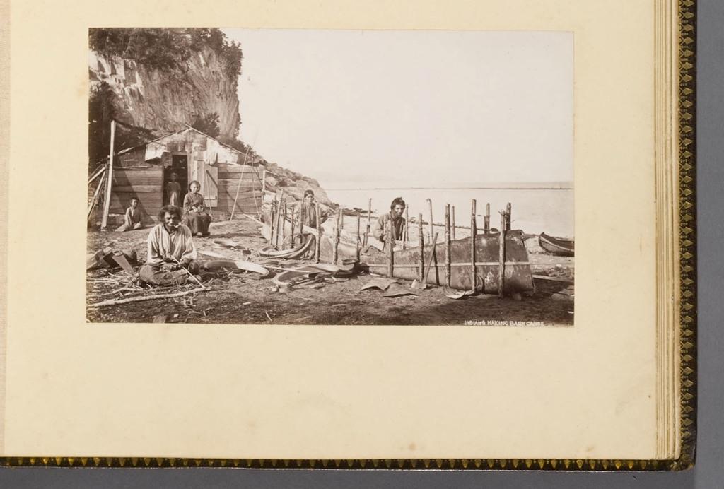 Indiens fabriquant un canot d'écorce, La Malbaie, de l'album du révérend William M. Black