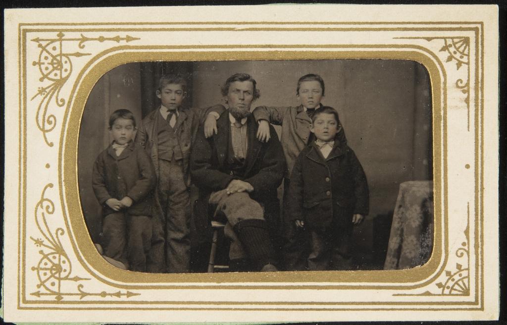 Homme avec quatre enfants