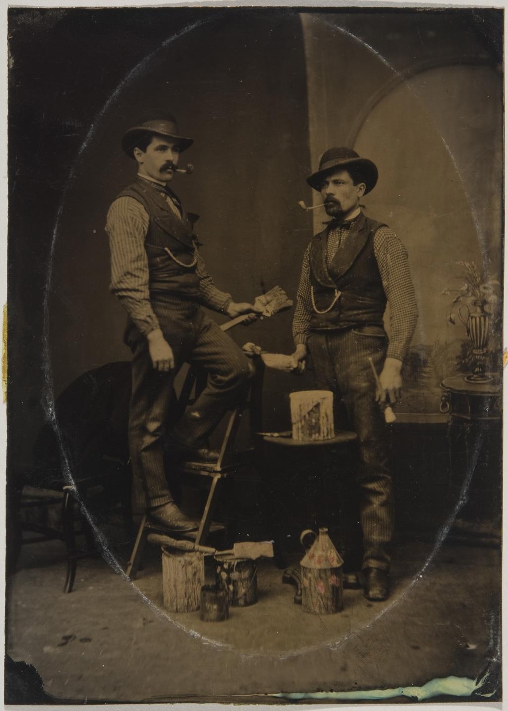Portrait de deux peintres en bâtiment