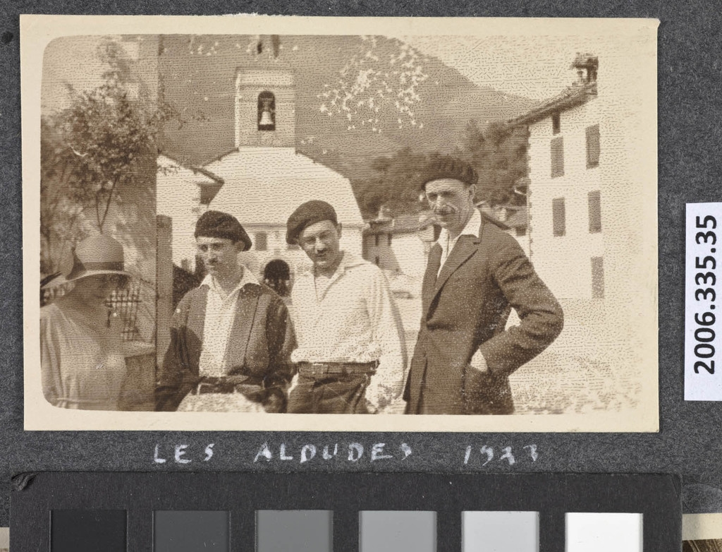 Monsieur et madame Robert LaRoque de Roquebrune, Léo-Pol Morin et Fernand Préfontaine à Aldudes, France