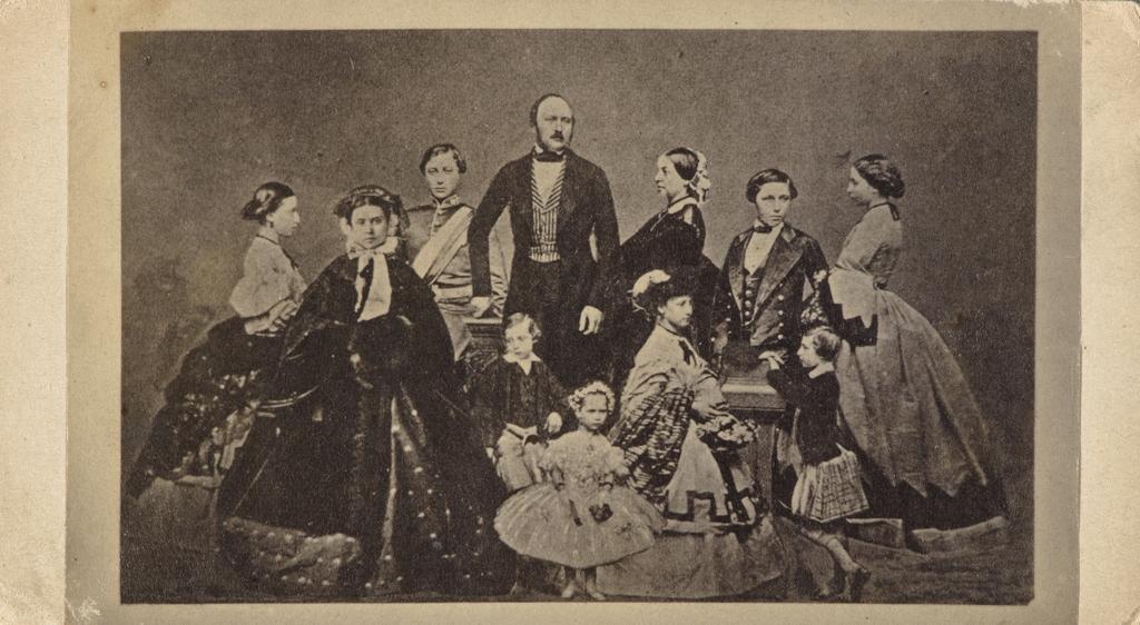La Reine Victoria, le prince Albert et la famille royale. Photographie d'une photographie de John Jabez Edwin Mayall, de l'album de la famille Massue-LeMoine