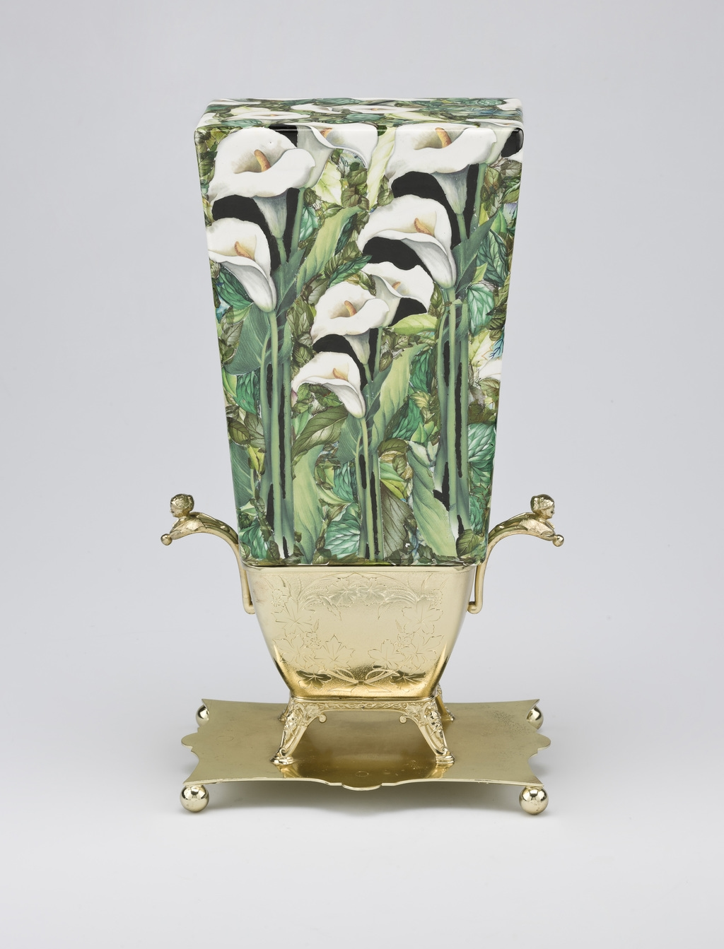 Bouquet aux arums blancs dans un vase monté