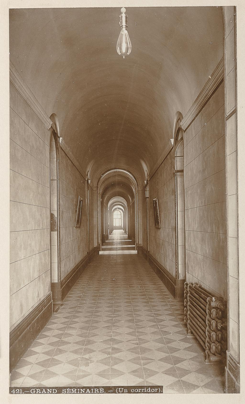 Le Corridor principal du Grand Séminaire, Québec, de l'album Maisons d'éducation de la province de Québec