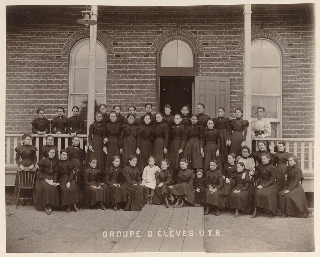 Groupe d'élèves, Ursulines de Trois-Rivières, de l'album Maisons d'éducation de la province de Québec