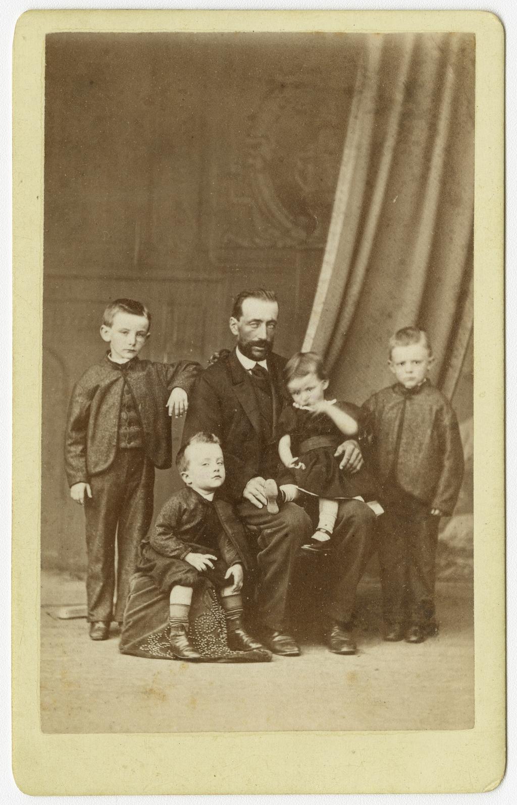 Portrait d'un homme avec ses quatre enfants