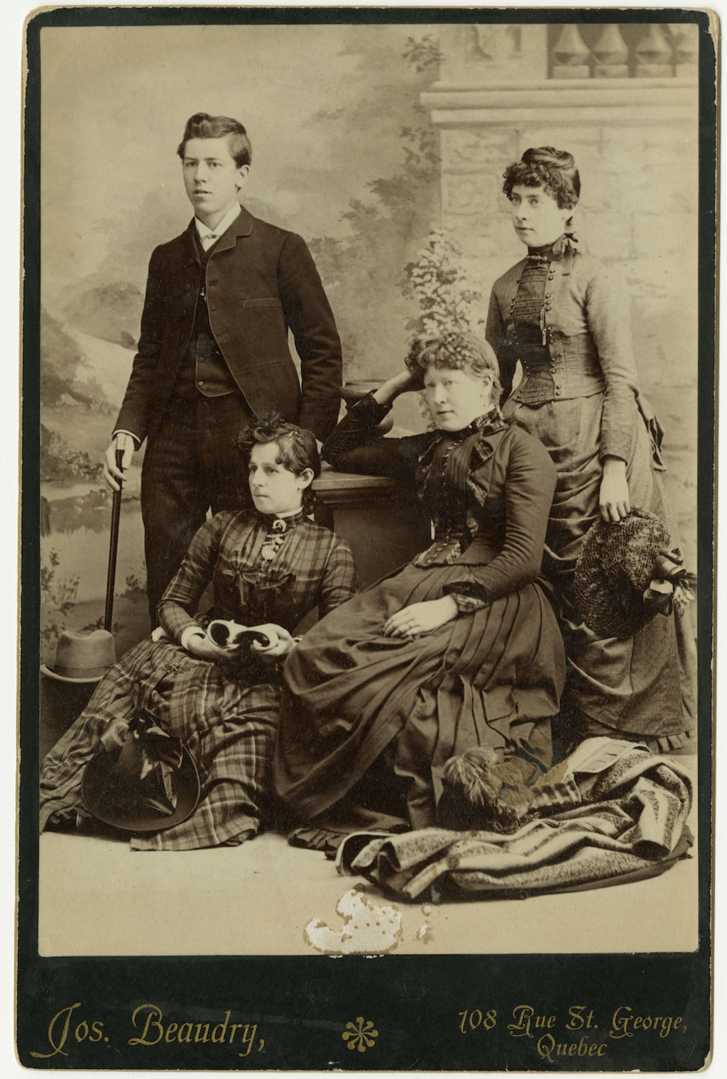 Joseph-Georges Bussières et trois femmes