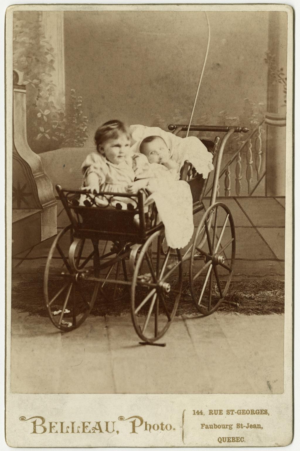 Portrait de deux bébés dans un landau