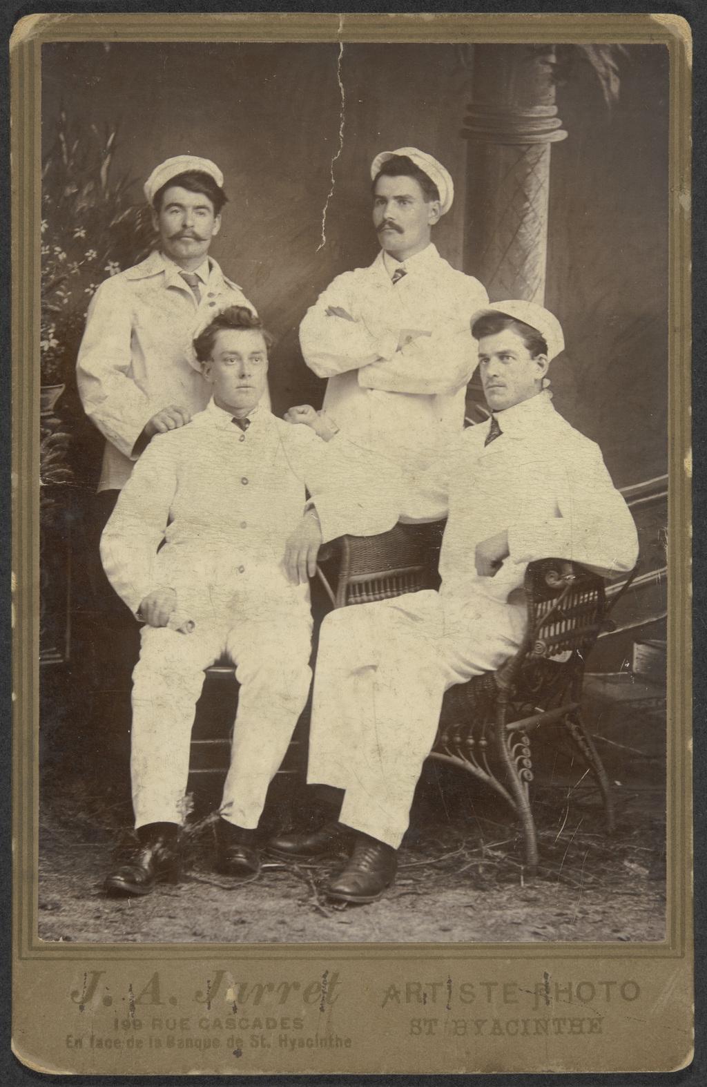 Portrait de quatre hommes en habit de travail