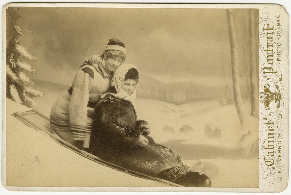 Lillie et Annie Holt, en toboggan