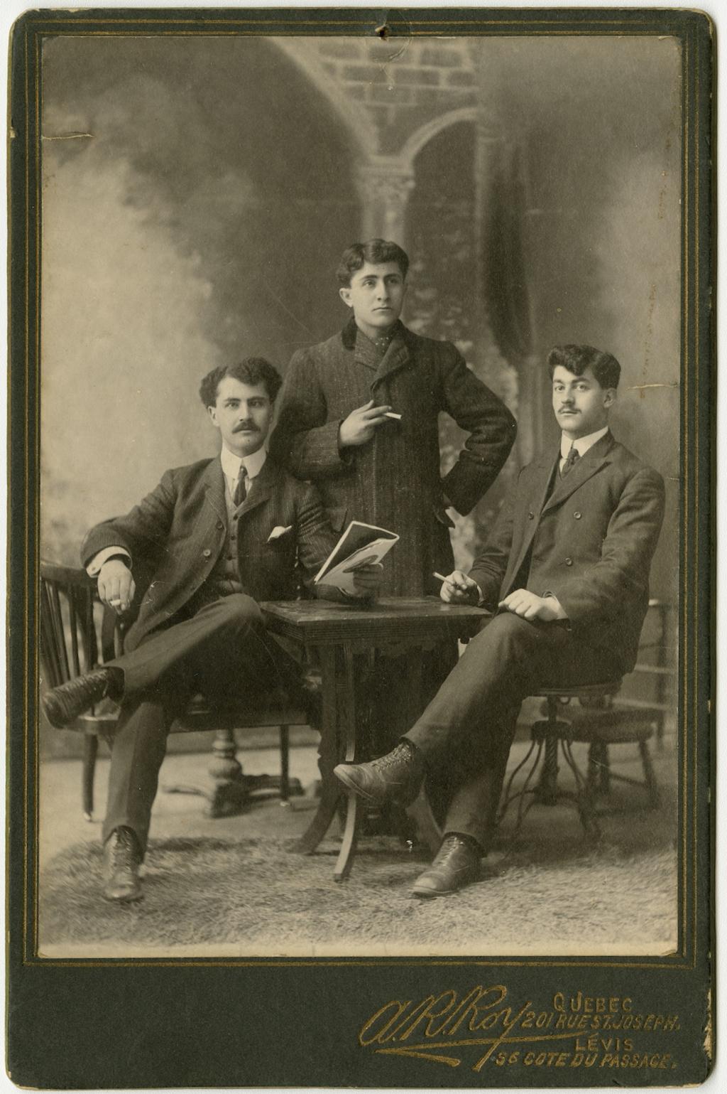 Trois hommes fumant